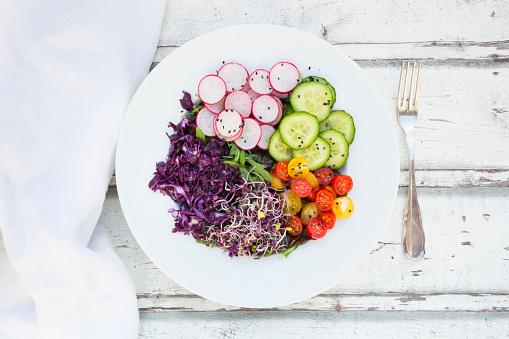 フォーク「Plate of organic leaf salad, red cabbage, tomatoes, cucumber and radish sprouts」:スマホ壁紙(18)