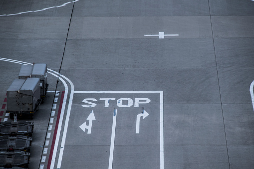 Japan「停止と書かれた道路。」:スマホ壁紙(16)