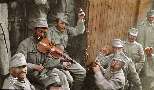 楽器「First World War: Returning Austrian soldiers. Hand-colored lantern slide. Around 1915」:写真・画像(3)[壁紙.com]