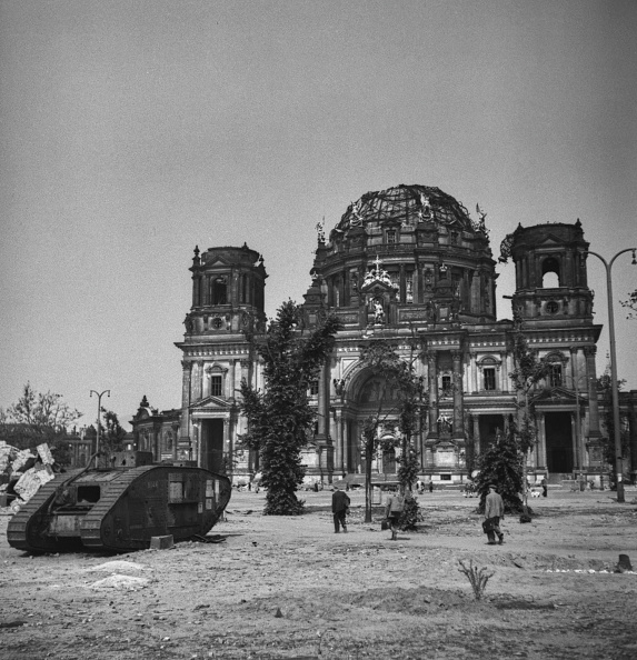 1945「Tank Outside Berlin Cathedral」:写真・画像(4)[壁紙.com]