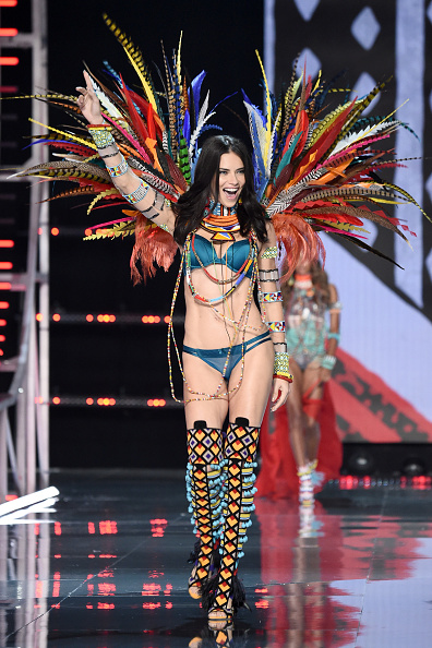 Arms Raised「2017 Victoria's Secret Fashion Show In Shanghai - Show」:写真・画像(9)[壁紙.com]