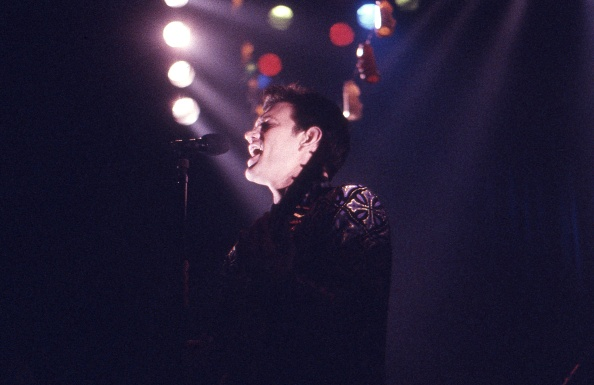 Plucking An Instrument「Chris Isaak Performs At The Town And Country London Camden 1991」:写真・画像(2)[壁紙.com]