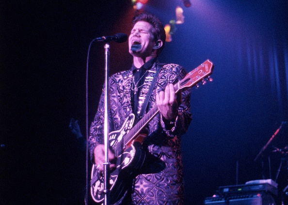 Plucking An Instrument「Chris Isaak Performs At The Town And Country London Camden 1991」:写真・画像(3)[壁紙.com]