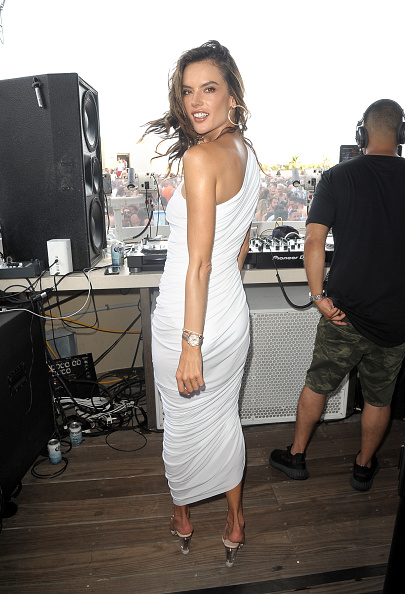 Hoop Earring「Alessandra Ambrosio Attends HQ2 Beachclub At Ocean Resort Casino」:写真・画像(10)[壁紙.com]