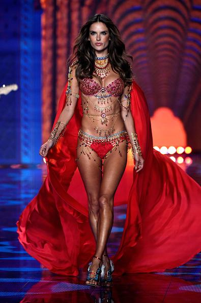 Fashion Model「2014 Victoria's Secret Fashion Show - Runway」:写真・画像(11)[壁紙.com]