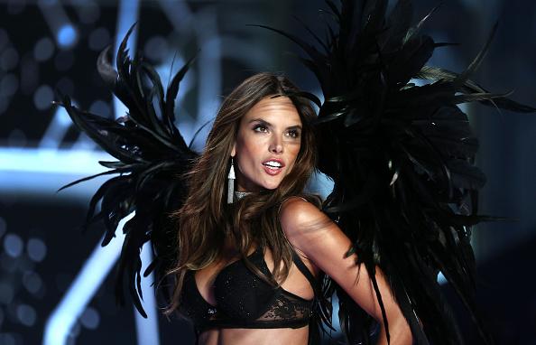 Alessandra Ambrosio「2014 Victoria's Secret Fashion Show - Runway」:写真・画像(15)[壁紙.com]