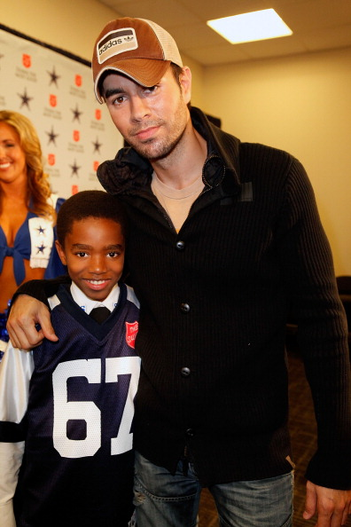 NFC East「Enrique Iglesias Kicks Off The 120th Anniversary Of The Salvation Army Red Kettle Campaign With The Dallas Cowboys」:写真・画像(17)[壁紙.com]