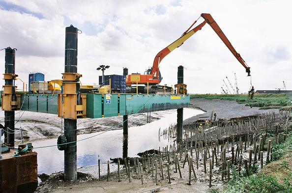 Wooden Post「A manrider on the long reach Hitachi excavator from the jack-up barge allows stakes to be placed, Dartford Creek erosion control」:写真・画像(1)[壁紙.com]