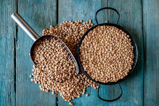 Lentil「Skillet and metal scoop with dried brown lentils on wood」:スマホ壁紙(12)