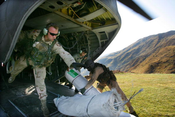 CH-47 Chinook「U.S. Military Continues Relief Effort After Earthquake」:写真・画像(10)[壁紙.com]