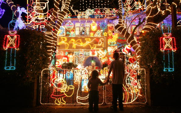 Christmas Lights「Suburbia Lights Up For Christmas」:写真・画像(1)[壁紙.com]