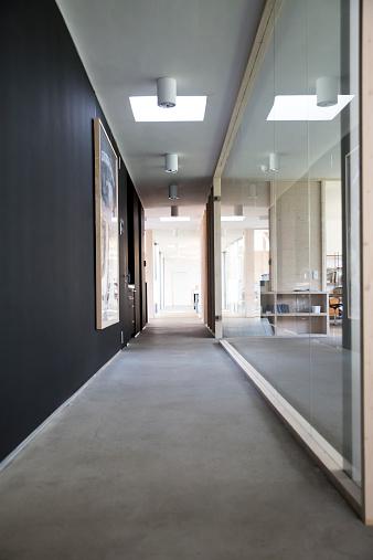 Diminishing Perspective「Empty corridor of modern office」:スマホ壁紙(4)