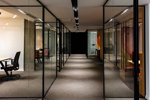 Corporate Business「Empty corridor in modern office building at night」:スマホ壁紙(17)