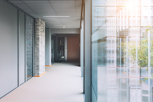 Success「Empty corridor in modern office building」:スマホ壁紙(16)