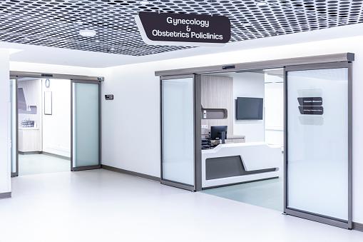 Security「Empty Corridor In Modern Hospital」:スマホ壁紙(14)