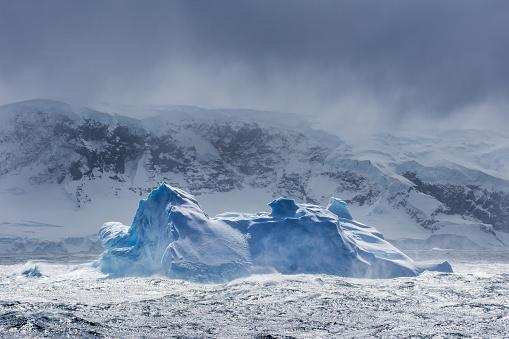 探求「Massive Iceberg floating in Antarctica」:スマホ壁紙(6)