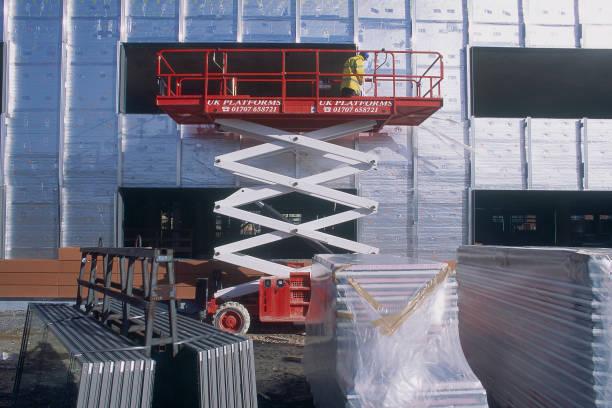 Scissor Lift for aluminium cladding work. Vodafone Offices. United Kingdom. 2002.:ニュース(壁紙.com)