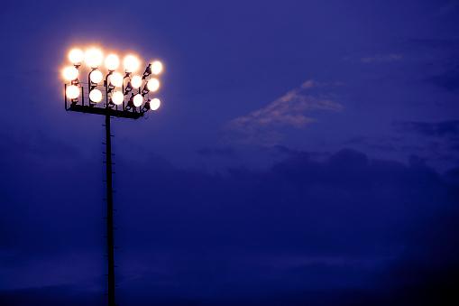 田畑「夕暮れ時、夜のスポーツ スタジアムのライト。」:スマホ壁紙(6)