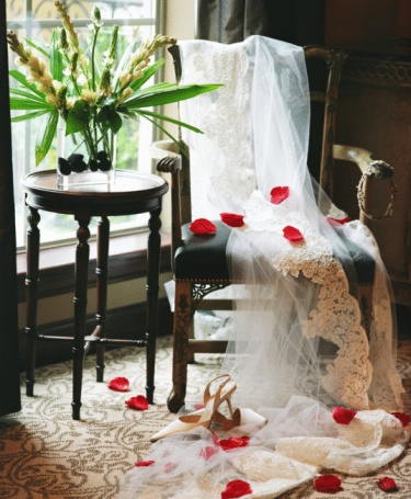 Married「Wedding veil draped over chair in posh hotel room」:スマホ壁紙(9)