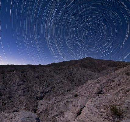自然地理学「Star trails above Coachwhip Canyon in Anza Borrego Desert State Park, California.」:スマホ壁紙(1)