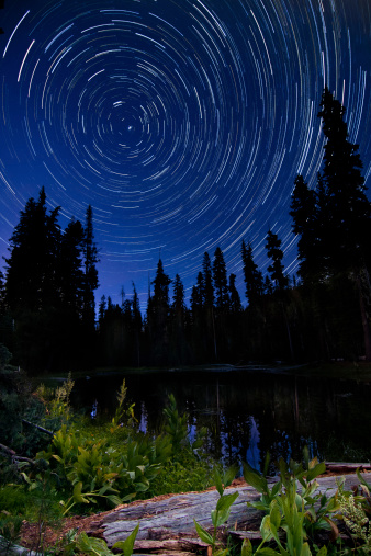 星空「Star trails above Summit Lake in Lassen Volcanic National Park, California.」:スマホ壁紙(15)