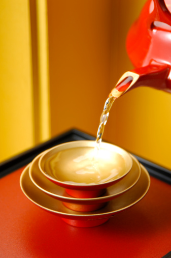 お正月「Spiced sake pouring into sake cup」:スマホ壁紙(10)