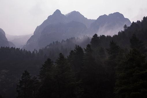 Khumbu「Swirling clouds around Himalayan peaks, Everest Base Camp Trek, Nepal」:スマホ壁紙(18)