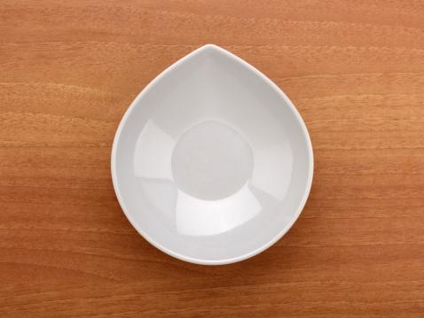 Plate「Empty Bowl On A Wood Background」:スマホ壁紙(8)