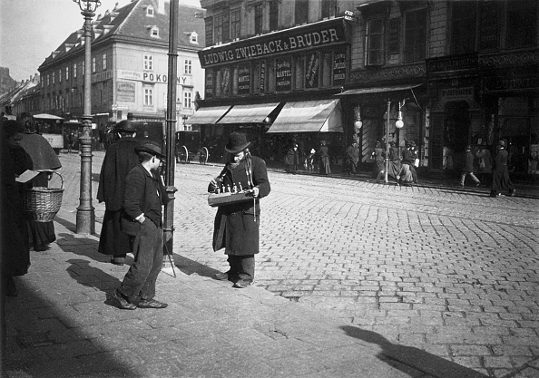City Life「A jewish street hawker at the Mariahilfer Strasse. Vienna. Photograph around 1900」:写真・画像(3)[壁紙.com]