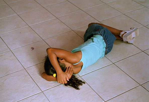 Tiled Floor「Brazil, Rio de Janeiro, Leblon district, girl (8-9) sleeping on tiled floor in homeless shelter」:写真・画像(5)[壁紙.com]