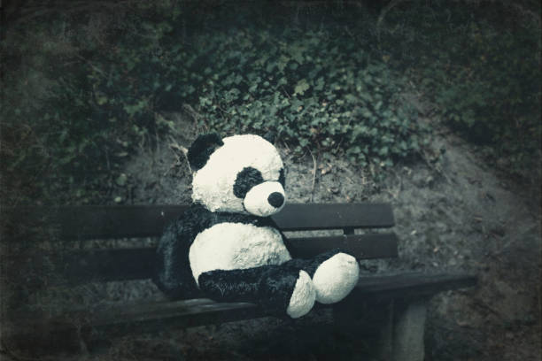 Panda soft toy on a bench:スマホ壁紙(壁紙.com)