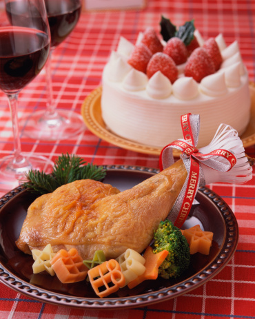 皿「Roast chicken and strawberry cake served on table」:スマホ壁紙(1)