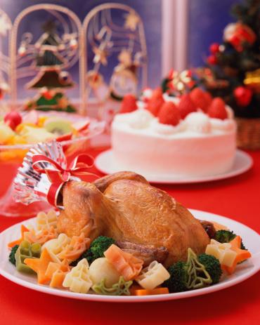 皿「Roast chicken and strawberry cake served on table」:スマホ壁紙(14)