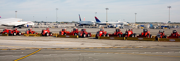 Kennedy Airport「Snow ploughs lined up at JFK Airport」:写真・画像(0)[壁紙.com]
