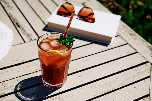 Ice Tea「Summer Scene, Iced Tea with Lemon and mint on a garden table in bright sunshine.」:スマホ壁紙(18)