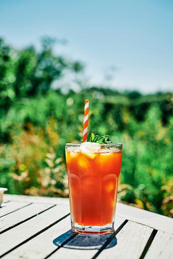Ice Tea「Summer Scene, Iced Tea with Lemon and mint on a garden table in bright sunshine.」:スマホ壁紙(1)