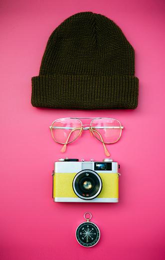 擬人化「Face of woolly hat, glasses, vintage camera and compass」:スマホ壁紙(8)