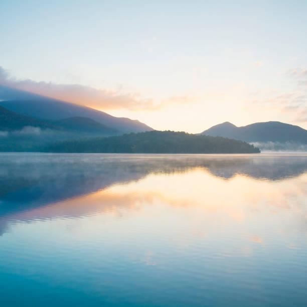 USA, New York, Adirondack Mountains, Lake Placid at sunrise:スマホ壁紙(壁紙.com)