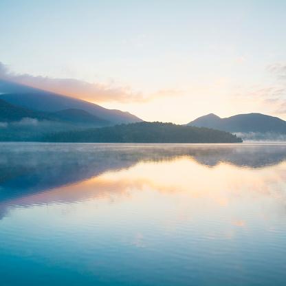 Adirondack Mountains「USA, New York, Adirondack Mountains, Lake Placid at sunrise」:スマホ壁紙(3)