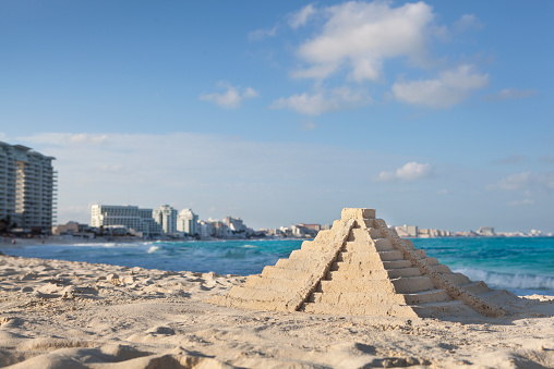 Pyramid Shape「Chichen Itza Sandcastle Pyramid on Topical Hotel Beach, Cancun, Mexico」:スマホ壁紙(15)