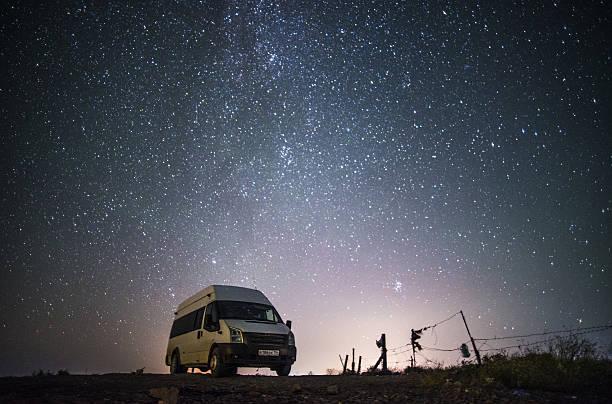 Camper van under starry sky:スマホ壁紙(壁紙.com)