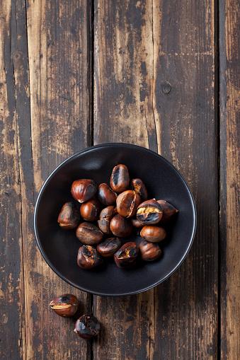 栗「Bowl of roasted chestnuts on dark wood」:スマホ壁紙(8)