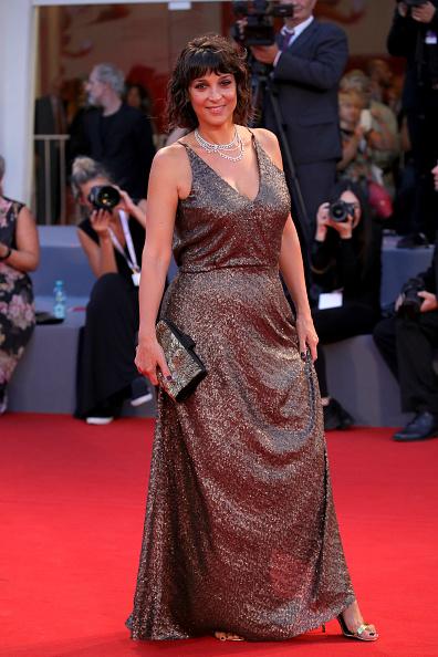 シルバーのハンドバッグ「Capri-Revolution Red Carpet Arrivals - 75th Venice Film Festival」:写真・画像(12)[壁紙.com]