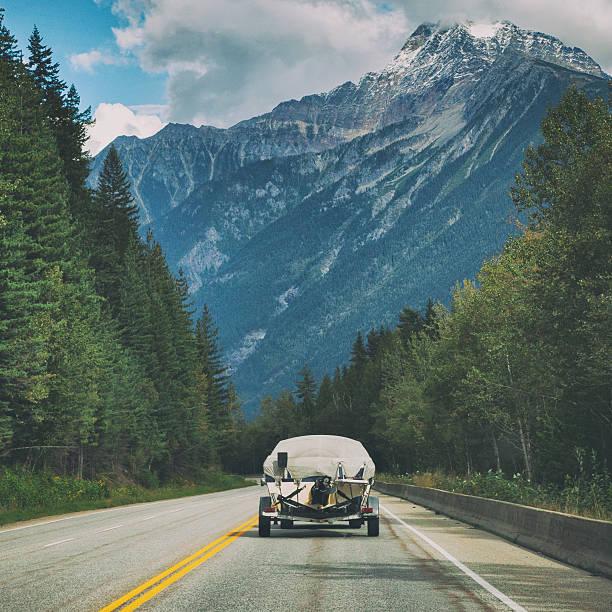 Driving through Yoho National Park in British Columbia, Canada:スマホ壁紙(壁紙.com)