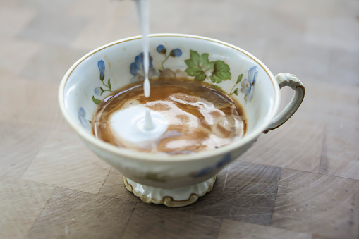 Floral Pattern「Milk froth dripping into cup of cappuccino」:スマホ壁紙(6)
