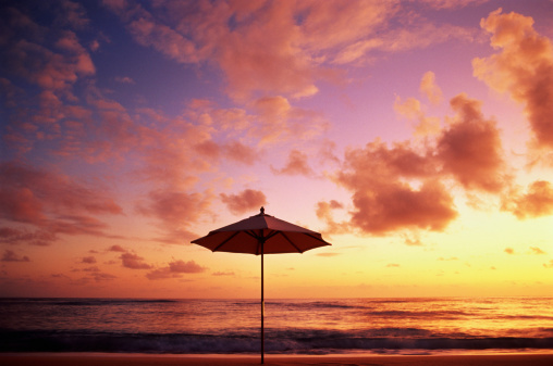 Cayman Islands「Beach parasol silhouetted against sunset over sea」:スマホ壁紙(11)