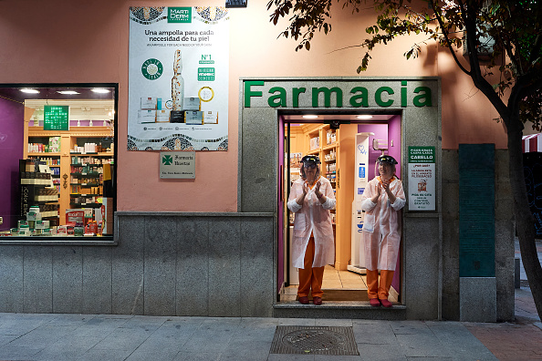 Paying「Spain Begins To Ease Lockdown As Coronavirus Infection Rate Slows」:写真・画像(5)[壁紙.com]