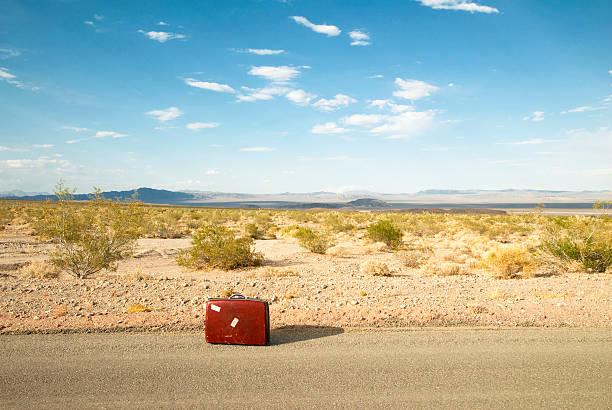 Suitcase in middle of desert:スマホ壁紙(壁紙.com)
