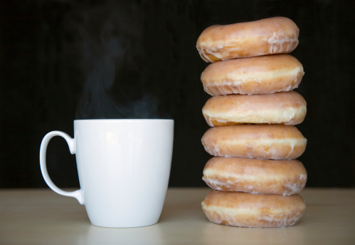 ドーナツ「Stack of doughnuts next to coffee cup」:スマホ壁紙(5)