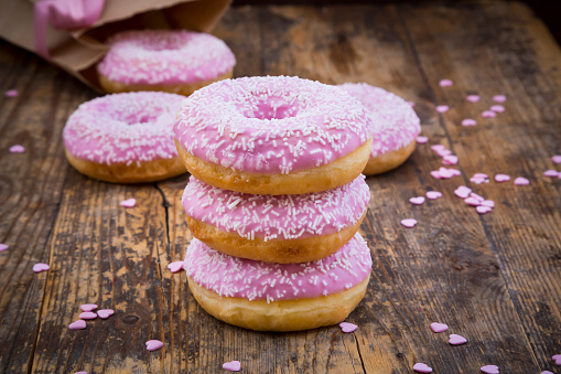 Shabby Chic「Stack of Doughnuts with pink icing and sugar granules on wood」:スマホ壁紙(18)